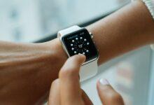 Un Apple Watch au poignet d'un utilisateur.
