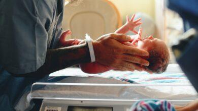 Un nouveau né dans les mains d'un médecin.